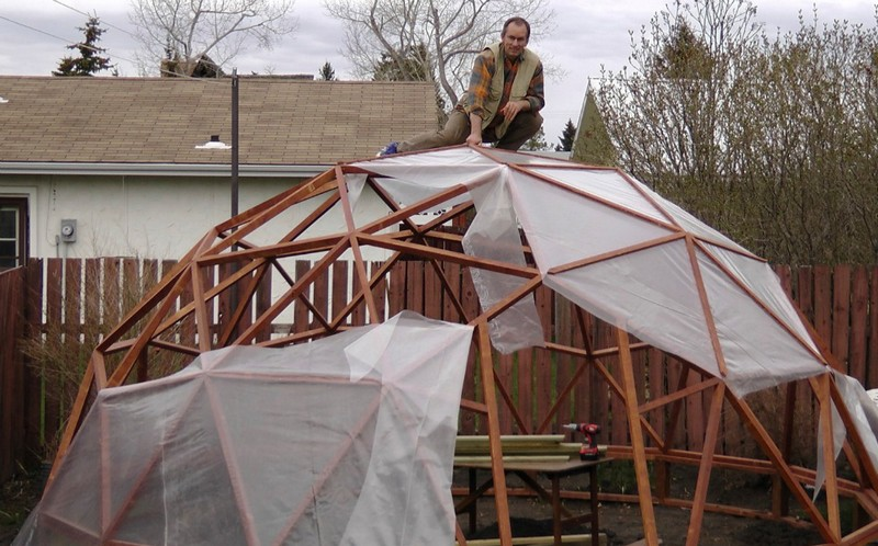 Geodesic dome greenhouse benefits and how to the owner for Geodesic greenhouse plans free
