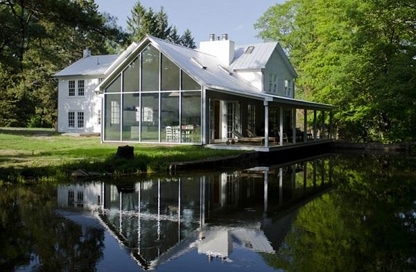 A farmhouse that looks lie it floats