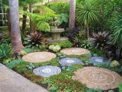 Still looking for a mosaic idea for your outdoor area?  Maybe this one will inspire you.