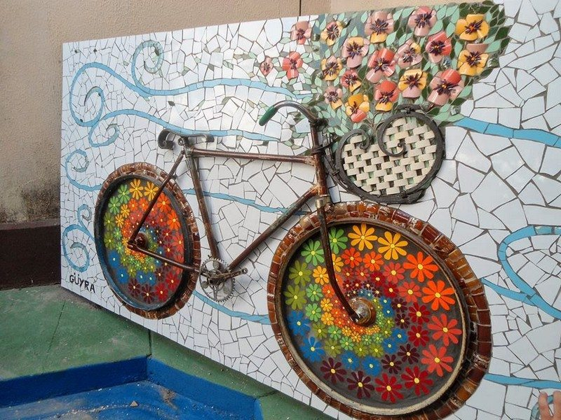 What a great way of recycling broken tiles and an old bicycle!
