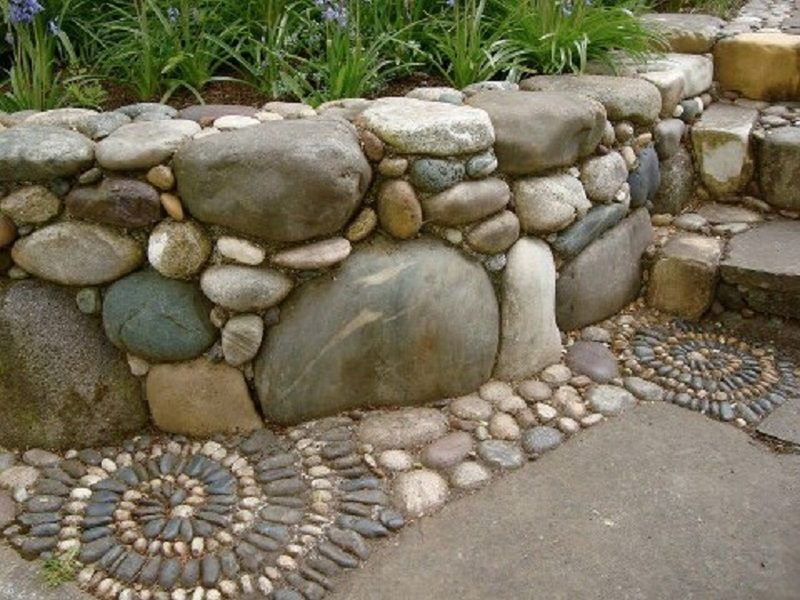 Garden wall with mosaic? Mosaic with garden wall?   No matter which way you describe it, I'd be more than happy to have it in my yard.