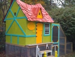 Isn't this the cutest chicken coop? I bet the kids would love to have this as their playhouse.