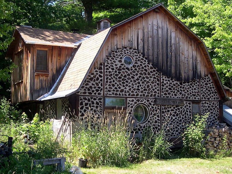 Here's a home that uses an inexpensive and environmently friendly wall building technique.