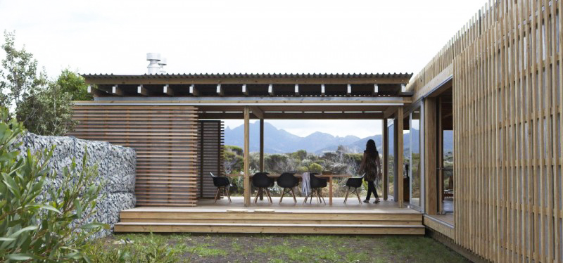 Timms Bach – an off the grid beach shelter