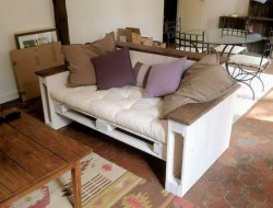 A few weeks ago we were asked for some lounge/sofa ideas made from pallets? What do you think of this one?