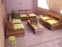 Here's another good example of how a few pallets can be transformed into an outdoor setting.