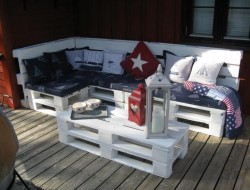 Here's another great example of a pallet sofa. We found this one at recyclart.org. Thumbs up?
