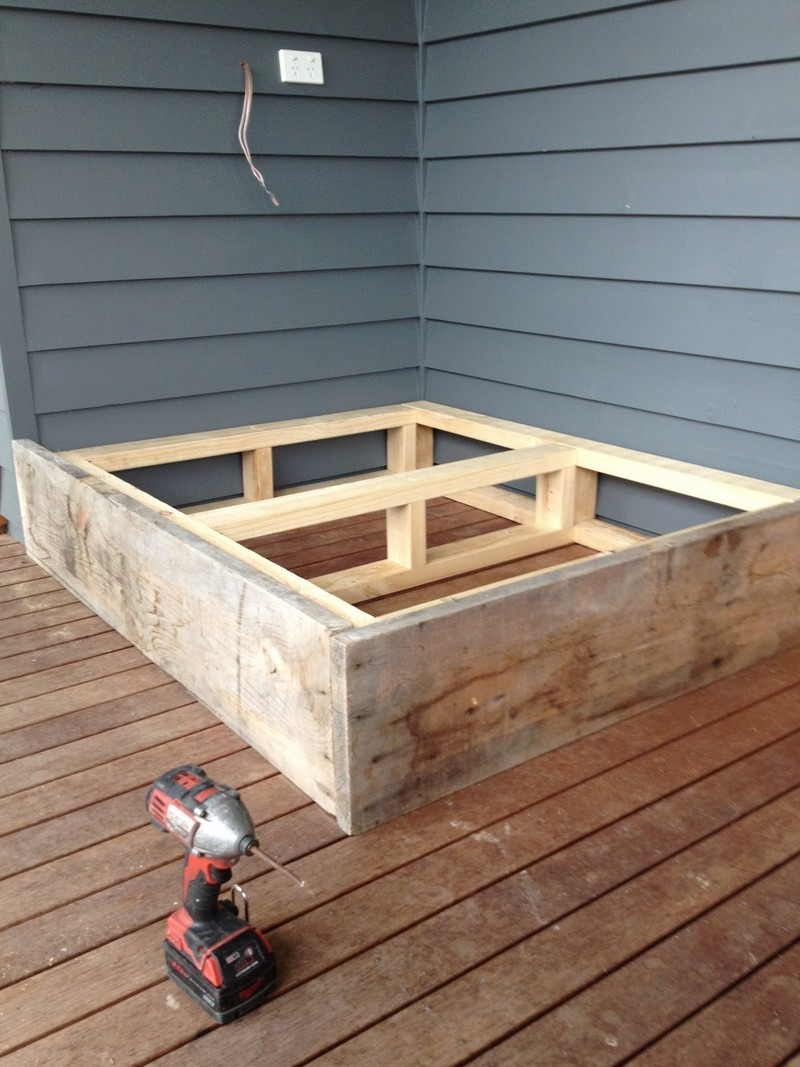 Make a day bed from reclaimed timber diy day bed from - Sofas cama comodos ...