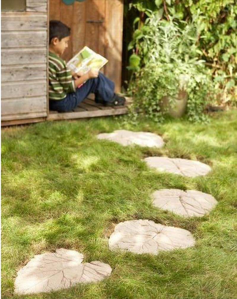 photo How to Make Leaf Stepping Stones