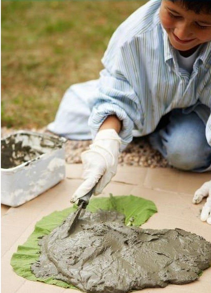 Diy leaf shaped stepping stones the owner builder network for Ideas de jardines con piedras