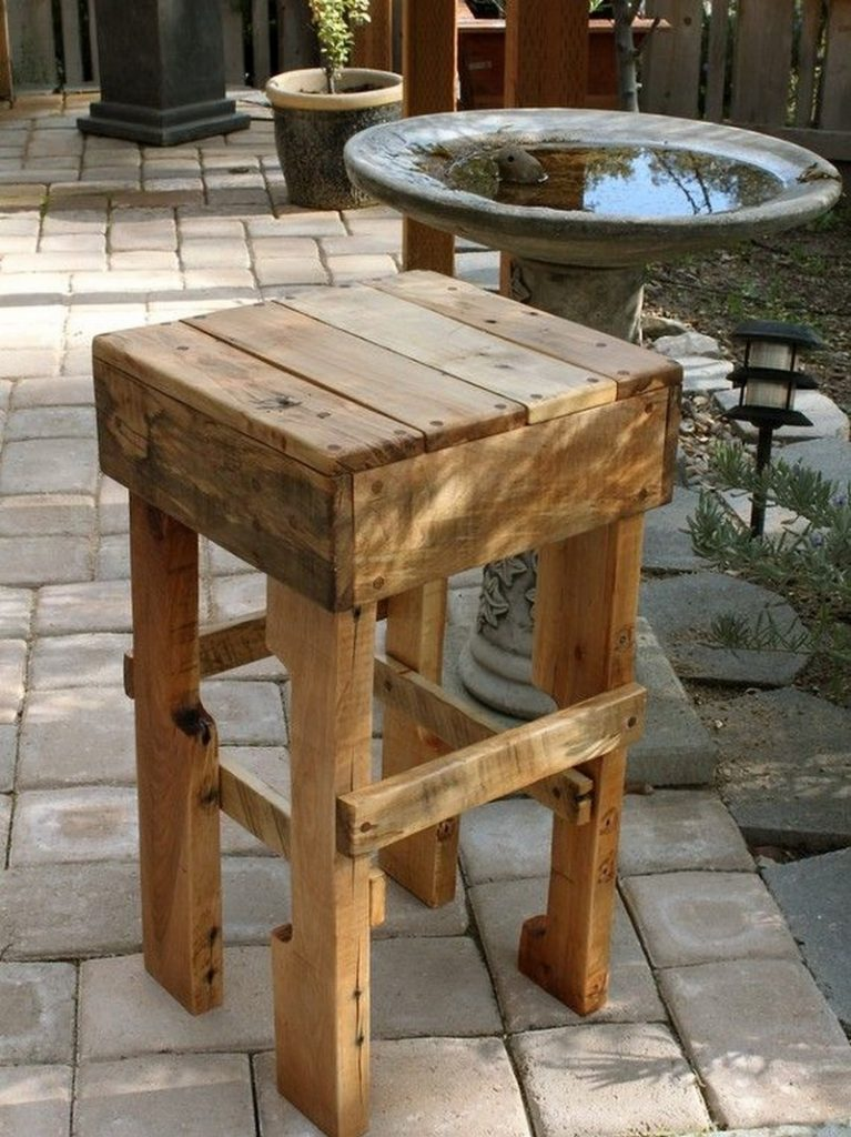 DIY Pallet Outdoor Bar and Stools