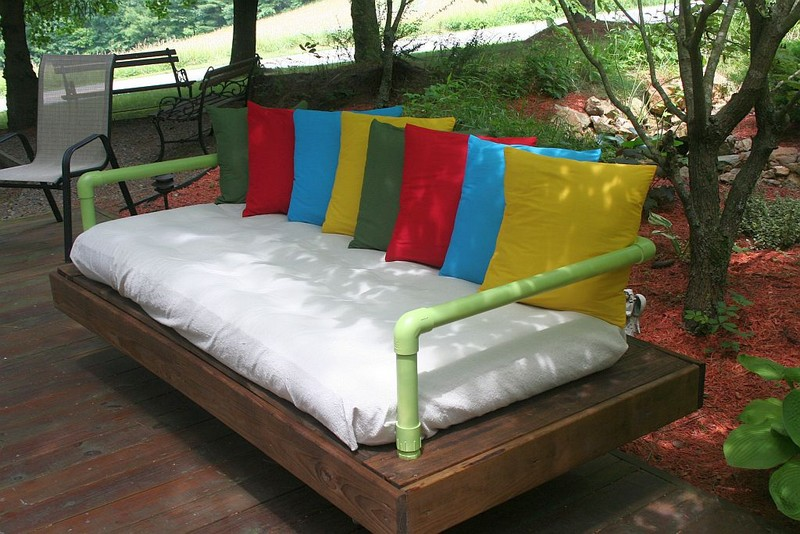 Diy repurposed pallet day bed the owner builder network for Outdoor pallet daybed
