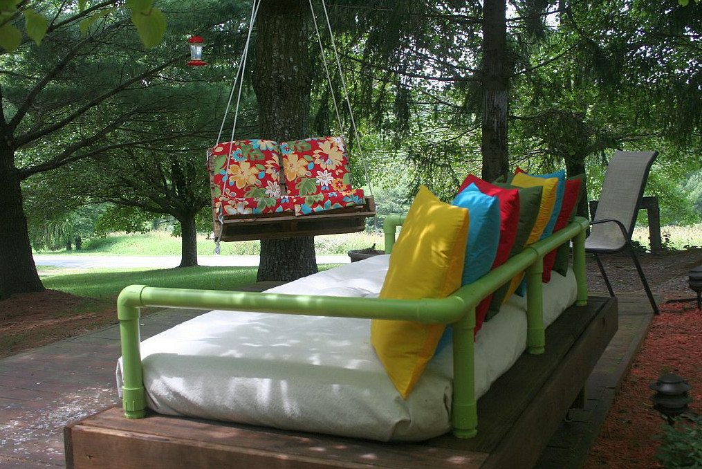 DIY Repurposed Pallet Day Bed