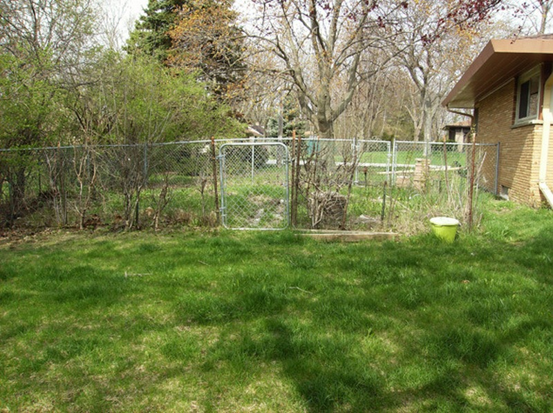 DIY Cinder Block Raised Garden Bed - Fence