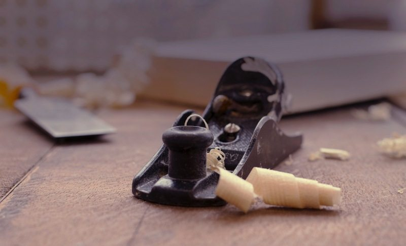 Hand plane with wood shavings
