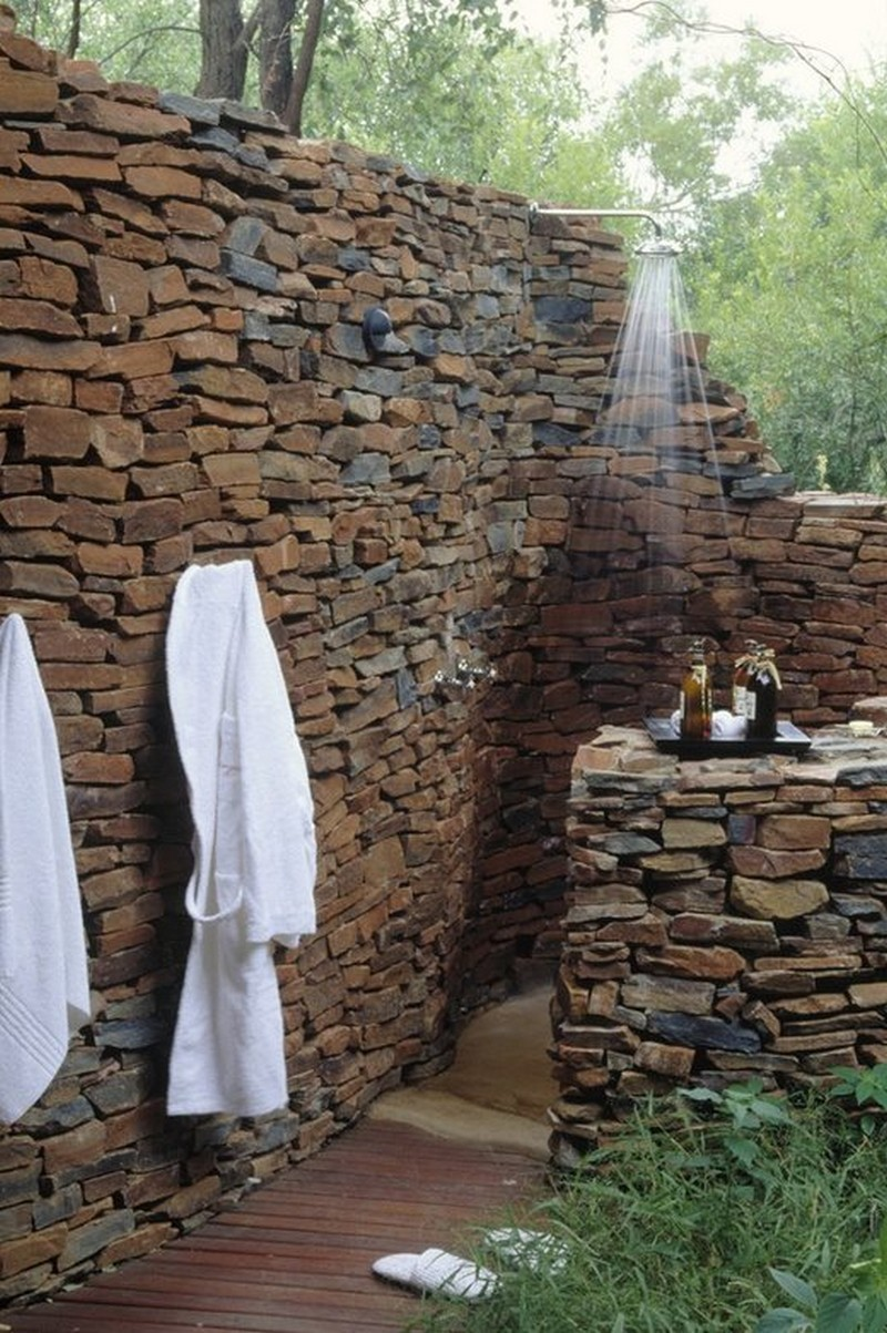 Outdoor showers outdoor shower shower ideas outdoor bath for Beau jardin bath rocks