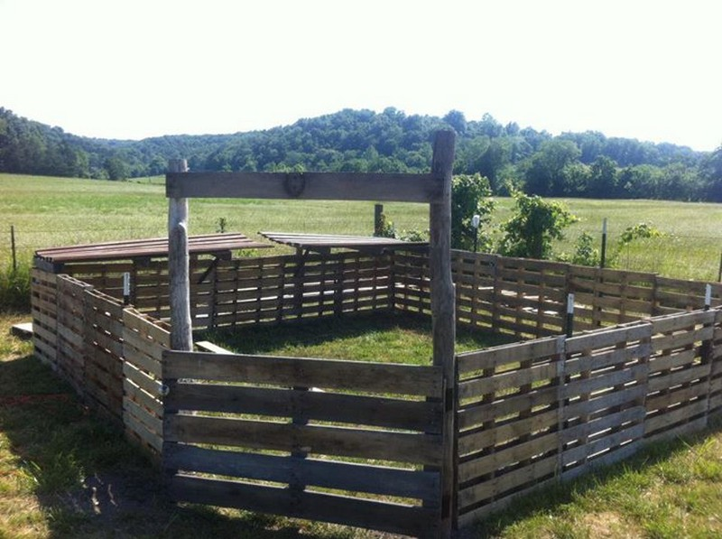 Pallet Fence - Self-reliant Homesteading