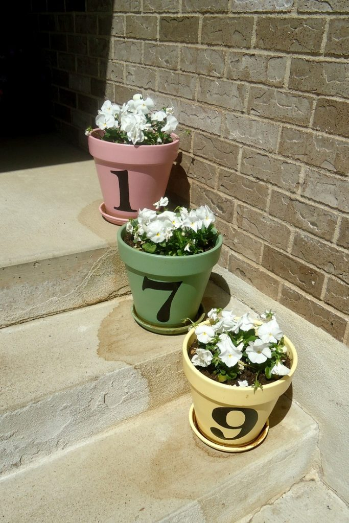 Terra cotta pot projects to spice up your garden the for Small clay flower pots