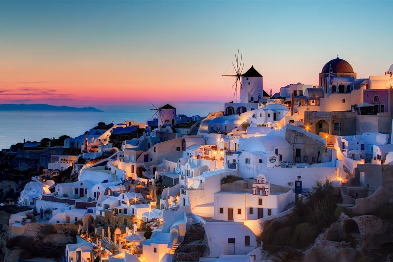 A beautiful sunset over the Santorini village of Oia – Pedro Szekely on Flickr