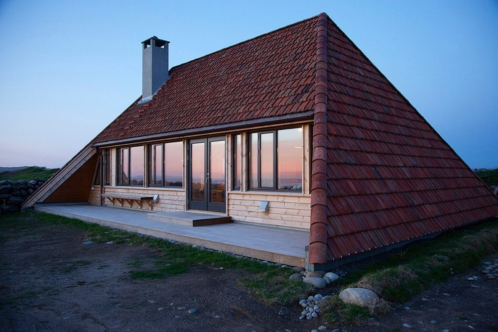 Selestranda House's single pitched, gabled roof protects the house from harsh weather conditions.