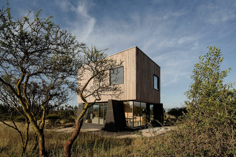 Casa el Vigilante sits in the semi-arid landscape of the Chilean region.