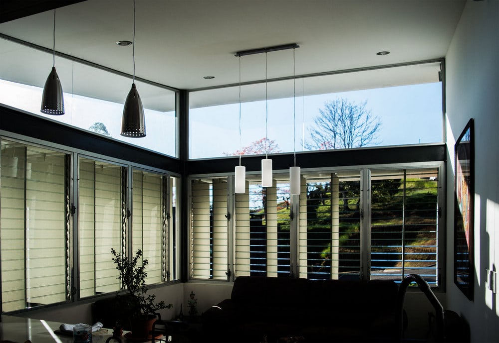 Vertical and horizontal sunblinds filter sunlight and radiation and effectively promotes ventilation.