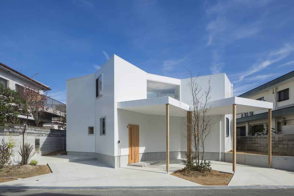 The interesting shape and layout of House in Hokusetsu has produced a labyrinth indoors.